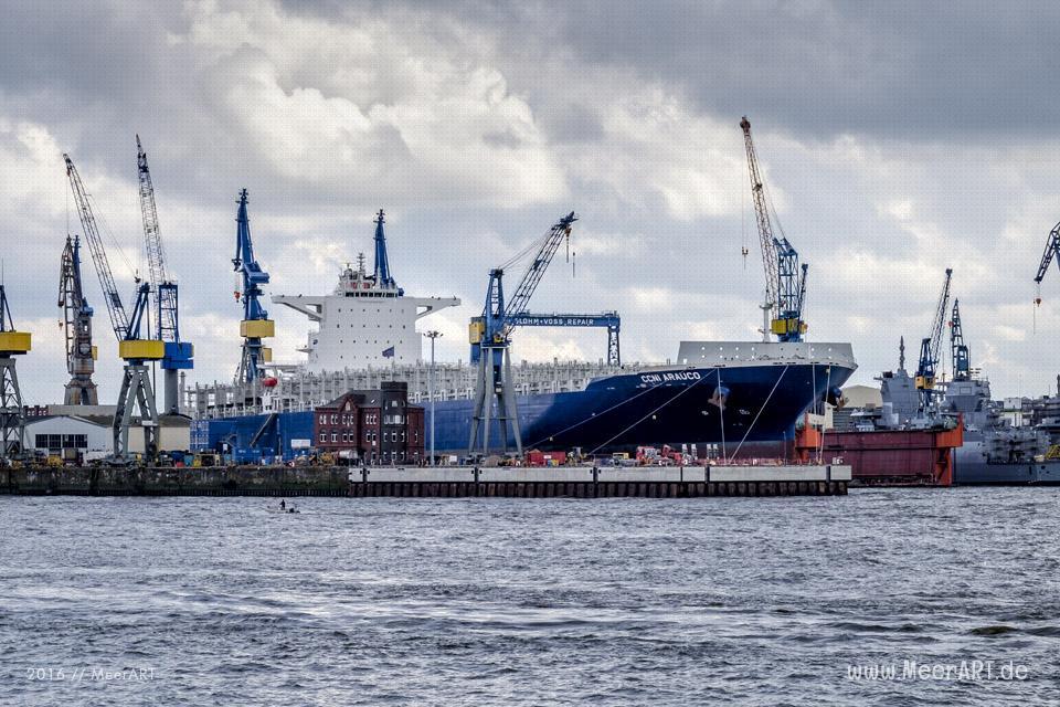 """Das Containerschiff """"CCNI ARAUCO"""" (IMO 9683843) am 02.10.2016 liegt für Reparaturarbeiten nach dem Brand beim """"BURCHARDKAI"""" im Bock bei """"BLOHM+VOSS"""" im Hamburger Hafen. // Foto: MeerART / Ralph Kerpa Technische Daten: IMO: 9683843 Schiffstyp: Containerschiff Baujahr: 2015 BRZ: 95138 Tragfähigkeit: 113173 t Container: 9000 TEU Länge: 299,98 m Breite: 49,00 m Tiefgang: 14,50 m Leistung: 42390 kW Geschwindigkeit: 22,10 kn Heimathafen: Monrovia Flagge: Liberia"""