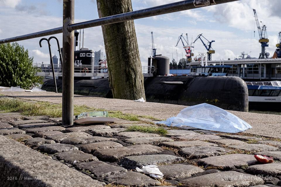 Jede Menge Müll auf dem Platz vor den Fischauktionshallen nach dem Hamburger Fischmarkt // Foto: MeerART