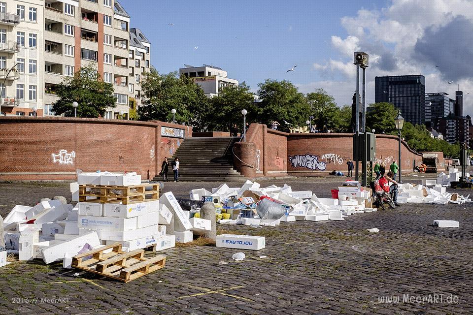 Jede Menge Müll auf dem Platz vor den Fischauktionshallen nach dem Hamburger FischmJede Menge Müll auf dem Platz vor den Fischauktionshallen nach dem Hamburger Fischmarkt // Foto: MeerARTarkt // Foto: MeerART