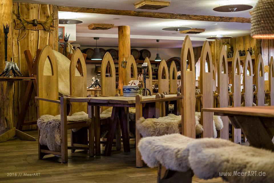 """Das Erlebnisrestaurant """"DIE WIKINGERSCHÄNKE"""" (Inhaber: Oliver Firla) in Haithabu bei Schleswig // Foto: MeerART"""