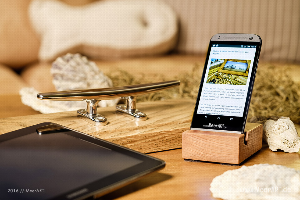 Smartphone- und Tablett-Halterung aus Buche und Eiche // Foto: MeerART