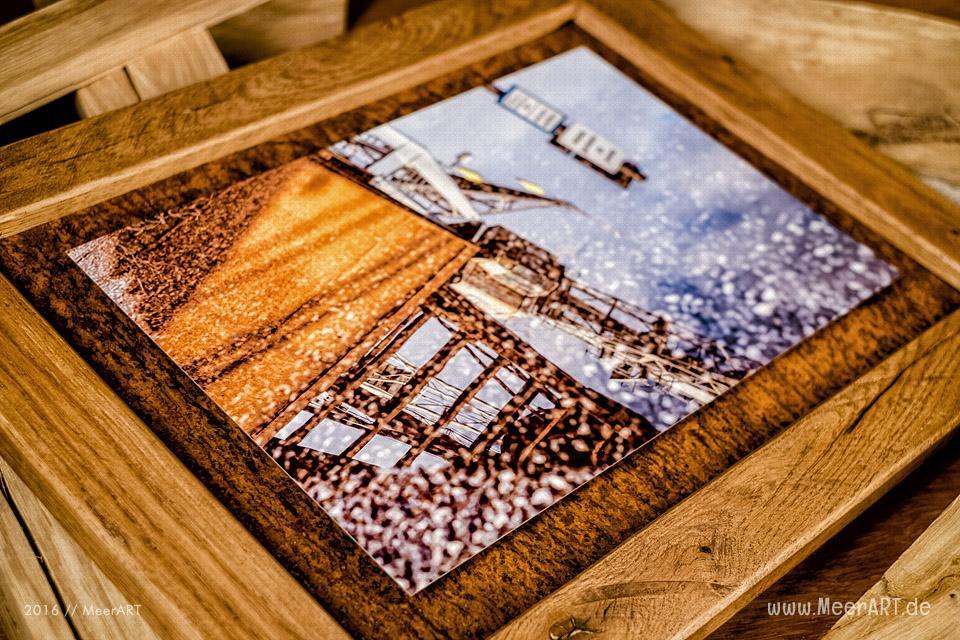 Print auf Metall mit einem Rahmen aus Metall und Eiche // Foto: MeerART
