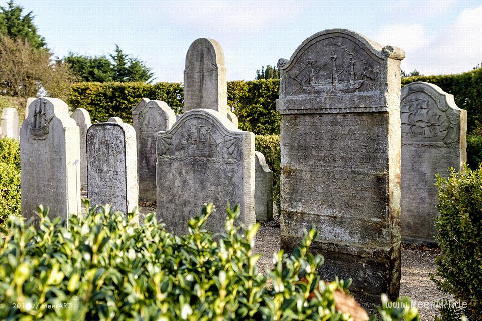 Die sprechenden Steine von Amrum auf dem Friedhof in Nebel // Foto: MeerART