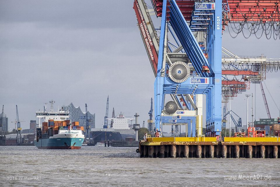 Blick auf das Containerterminal BURCHARDKAI im Hamburger Hafen // Foto: MeerART
