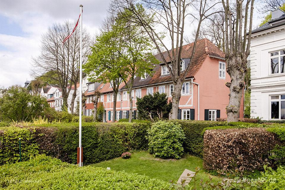 Ein schmaler Fußweg mit idyllisch gelegenen Wohnhäusern an der Elbe // Foto: MeerART