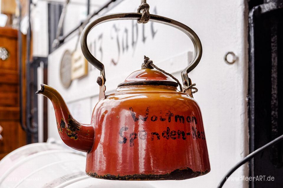 """Der Spendenkessel vom Schleppdampfer """"WOLTMAN"""" mit Liegeplatz im Museumshafen Oevelgönne // Foto: MeerART"""