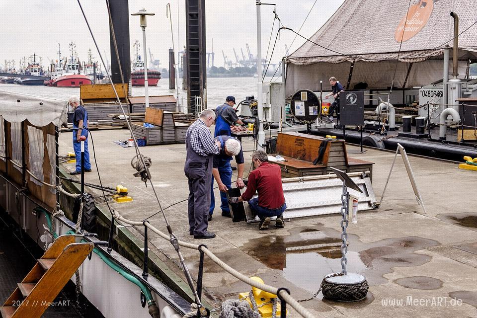 """Arbeiten am Schleppdampfer """"WOLTMAN"""" mit Liegeplatz im Museumshafen Oevelgönne // Foto: MeerART"""