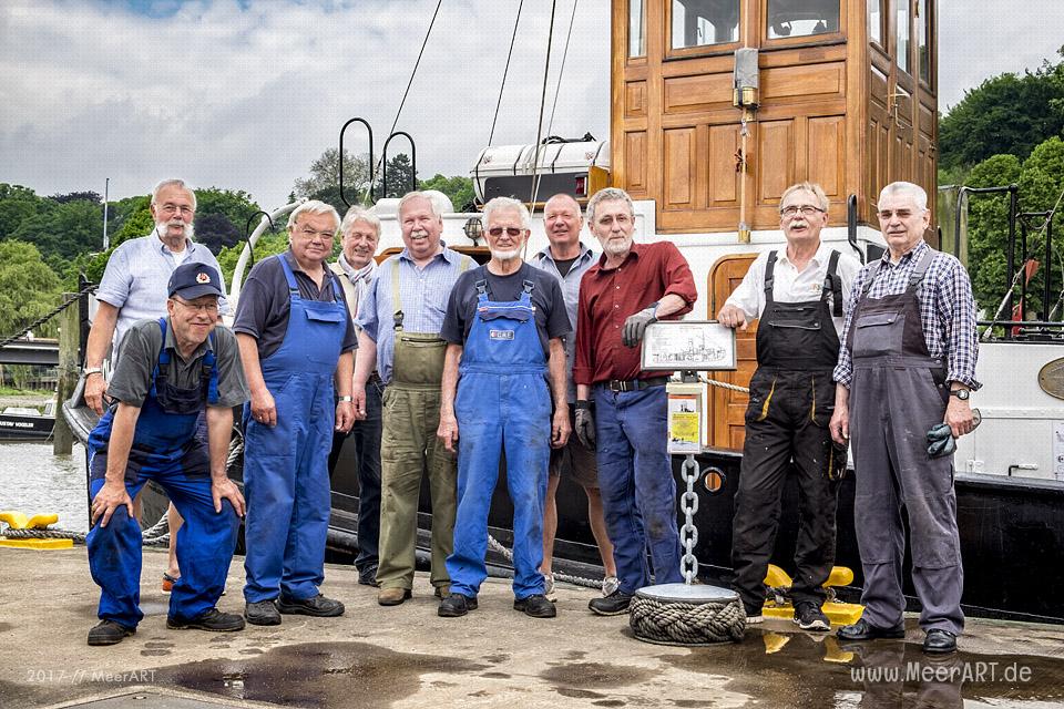 """Die Mannschaft vom Schleppdampfer """"WOLTMAN"""" mit Liegeplatz im Museumshafen Oevelgönne // Foto: MeerART"""
