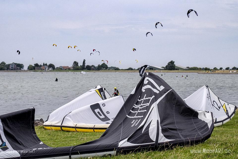 Kitesurfer an den Hotspots der Ostseeinsel Fehmarn // Foto: MeerART / Ralph Kerpa