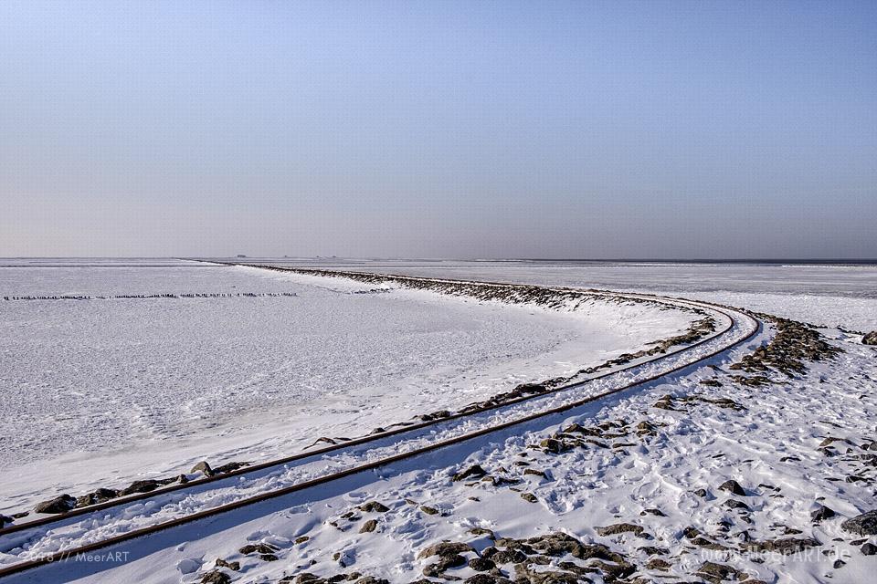 Der Lorendamm der Halligbahn in Lüttmoorsiel im Winter // Foto: MeerART