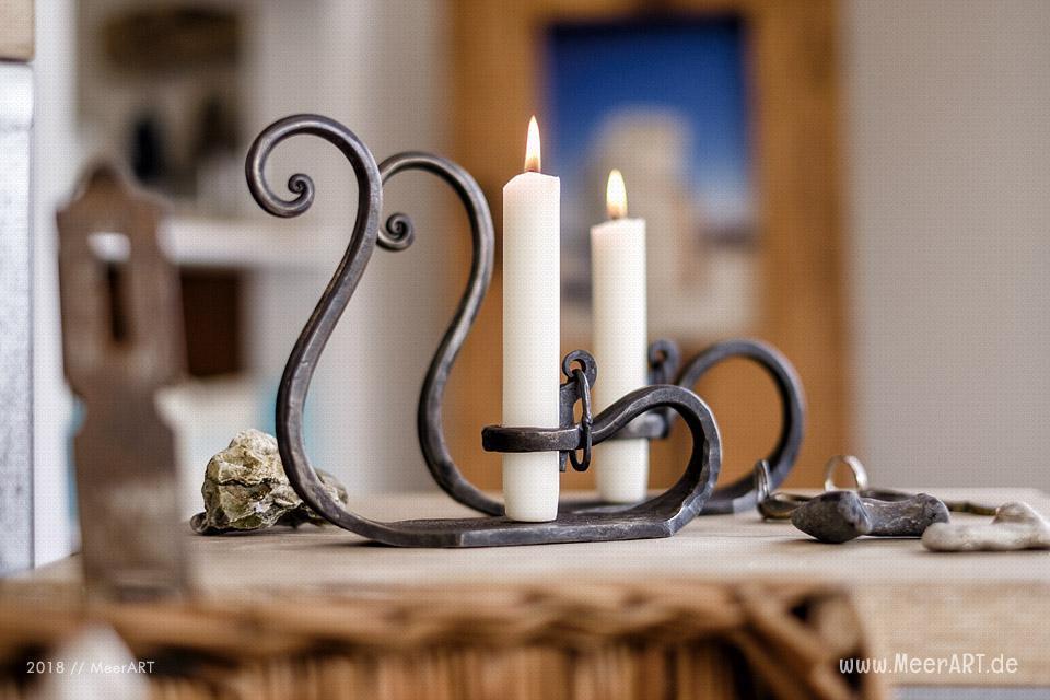"""Das Atelier """"MeerART / För to Huus"""" in Langenhorn (Nordfriesland) mit handgefertigten Wohnaccessoires und Rahmen mit maritimen Motiven / Kerzenständer von Falko Drochner // Foto: MeerART/Ralph Kerpa"""