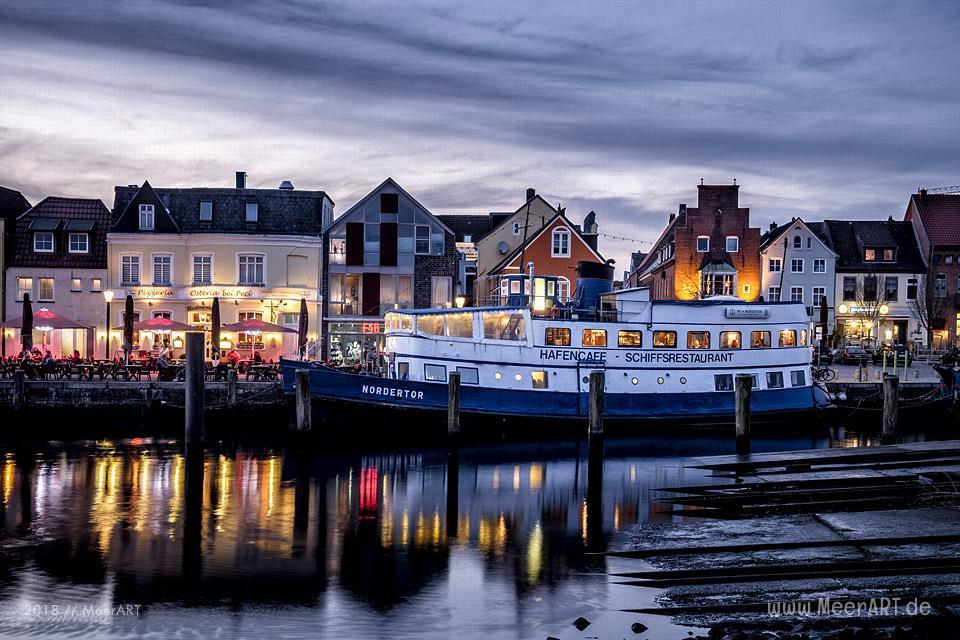 Blaue Stunde am Binnenhafen von Husum // Foto: MeerART / Ralph Kerpa