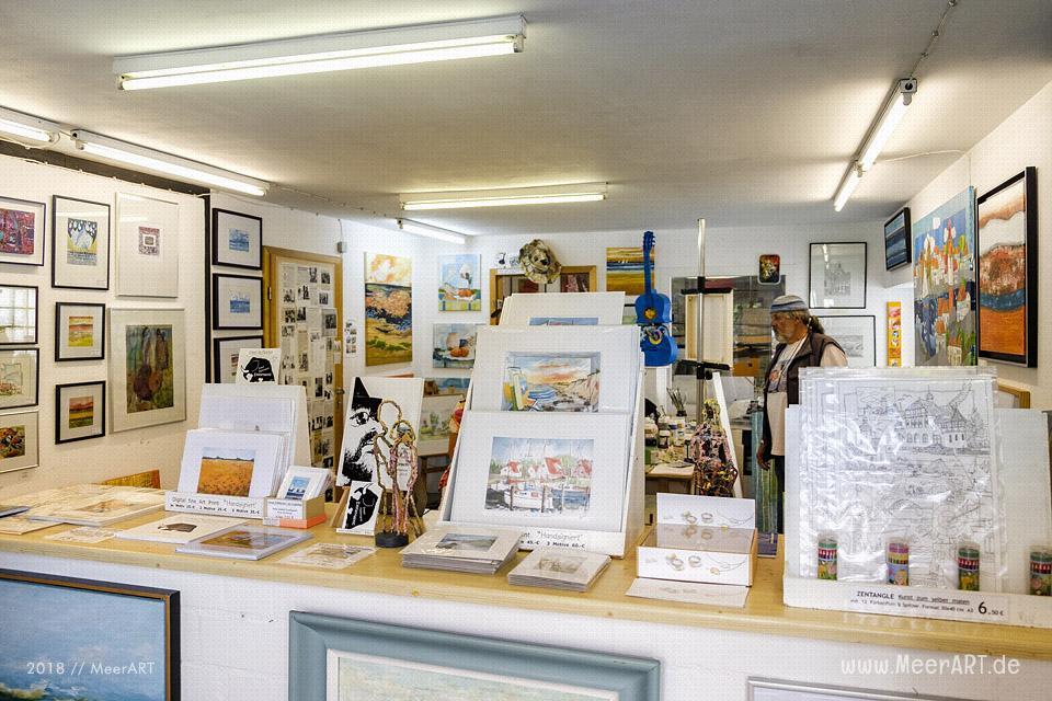 Der freischaffende Künstler Gerd R. Kirsch mit seinem Atelier in Burg // Foto: MeerART