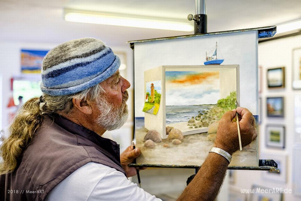 Der freischaffende Künstler Gerd R. Kirsch mit seinem Atelier in Burg // Foto: MeerART / Ralph Kerpa