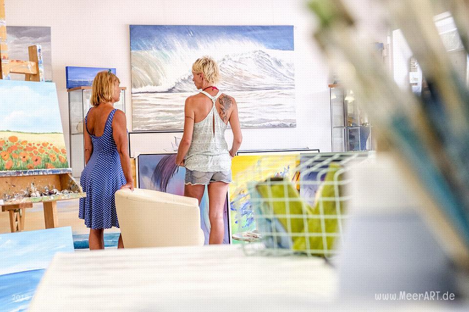 Die freischaffende Künstlerin Susann Böse mit ihrem Atelier in Burgstaaken // Foto: MeerART / Ralph Kerpa