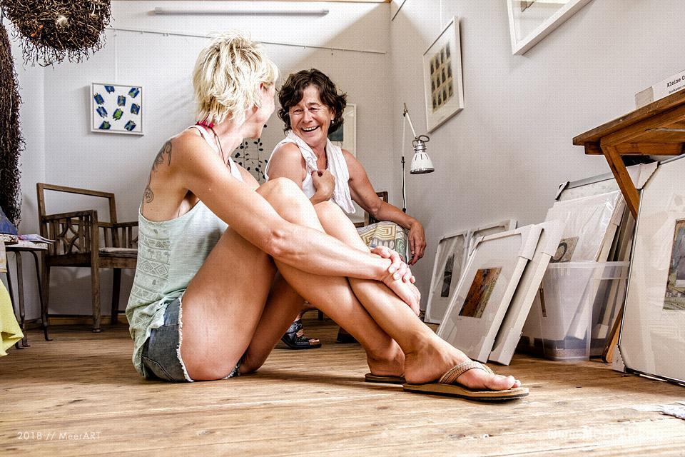 Die freischaffende Künstlerin Barbara Ehrentreich mit ihrem Atelier in Gollendorf // Foto: MeerART / Ralph Kerpa
