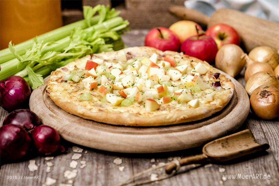 Rezept-Tipp: Flammkuchen mit Zwiebeln, Äpfeln und Staudensellerie // Foto: Ralph Kerpa