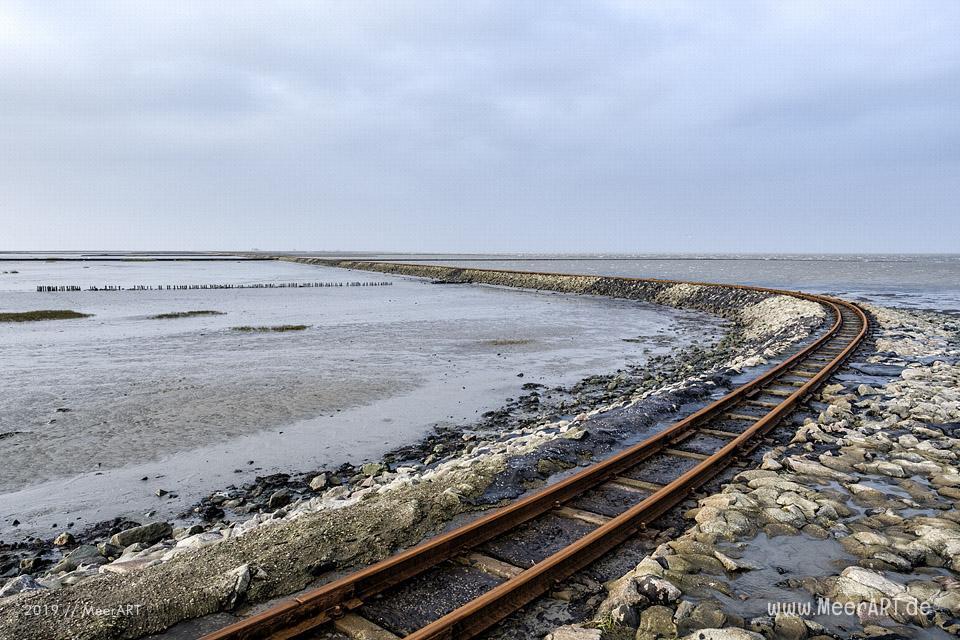 Lüttmoorsiel mit der Halligbahn nach Nordstrandischmoor // Foto: MeerART / Ralph Kerpa