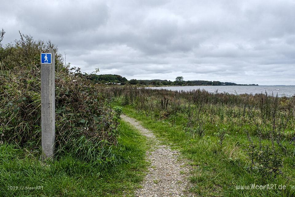 Idyllischer Küstenabschnitt mit Naturstrand und Leuchtrum bei Himmark // Foto: MeerART