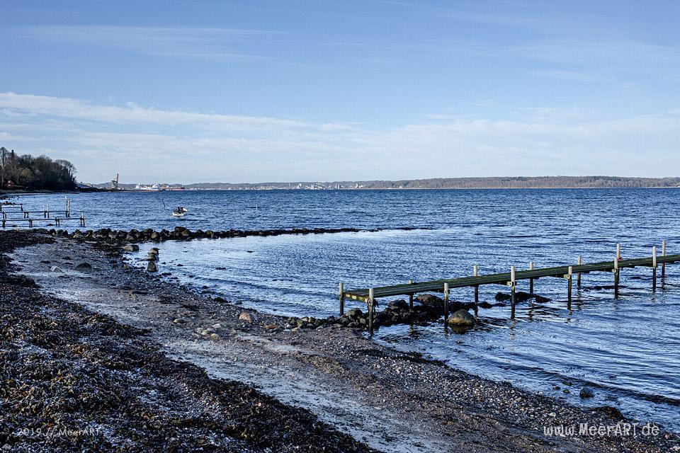Ein idyllischer Strandabschnitt an der Apenrader Förde in Sønderjylland // Foto: MeerART