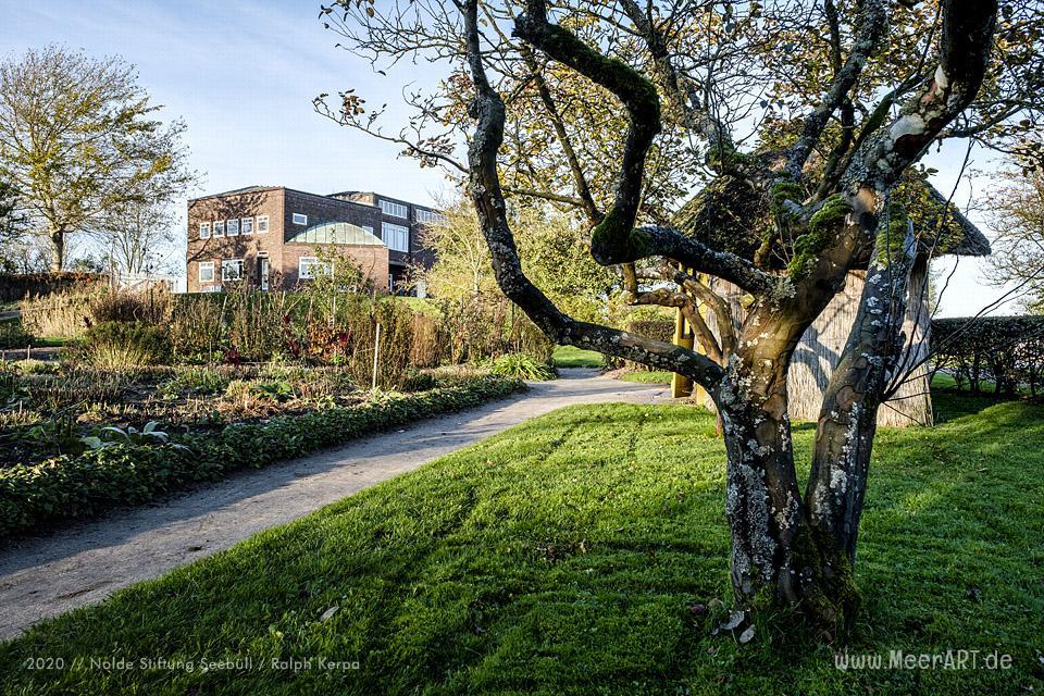 Nolde Museum - Das Wohn- und Atelierhaus mit einem Teil der Außenanlage im Herbst 2019 // Foto: Nolde Stiftung Seebüll / Ralph Kerpa