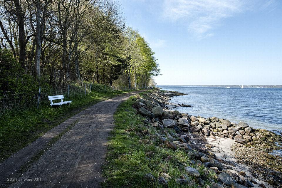 Glückselig am Ufer der Flensburger Förde // Foto: MeerART